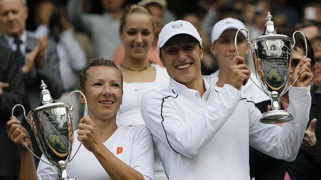 Květa Peschkeová společně se Slovinkou Katarinou Srebotnikovou s trofejemi pro vítězky wimbledonské čtyřhry.