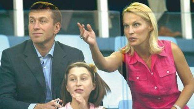 Roman Abramovič srodinou na jednom zutkání své Chelsea.