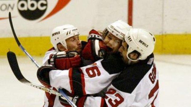 Patrik Eliáš (uprostřed) zNew Jersey Devils oslavuje se spoluhráči svou branku.