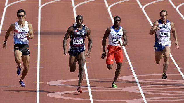 Zleva desetibojaři Keisuke Ushiro z Japonska, Jangy Addy z Libérie, Leonel Suarez z Kuby a Roman Šebrle během běhu na 100 metrů.