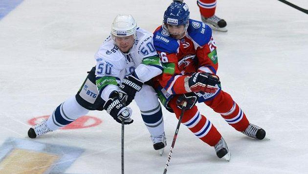Michal Řepík z pražského Lva (vpravo) bojuje o puk s Maximem Solovjovem z Dynama Moskva. Ilustrační foto.