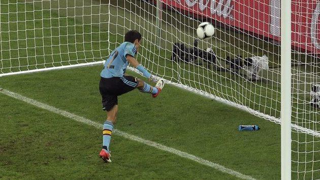 Jesús Navas střílí gól do chorvatské sítě.