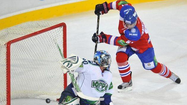 Útočník pražského Lva Erik Christensen (vpravo) střílí čtvrtý gól do sítě Chanty-Mansijsku.