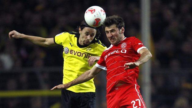 Stefan Reisinger z Fortuny Düsseldorf (vpravo) a Neven Subotič z Borussie Dortmund bojují o míč.