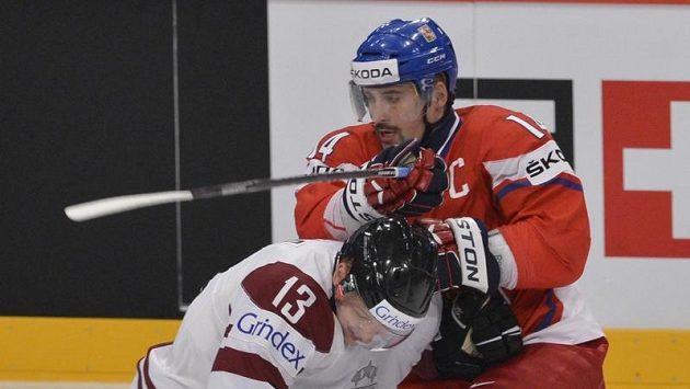 Lotyšský obránce Guntis Galvinš (vlevo) a český útočník Tomáš Plekanec (vpravo).
