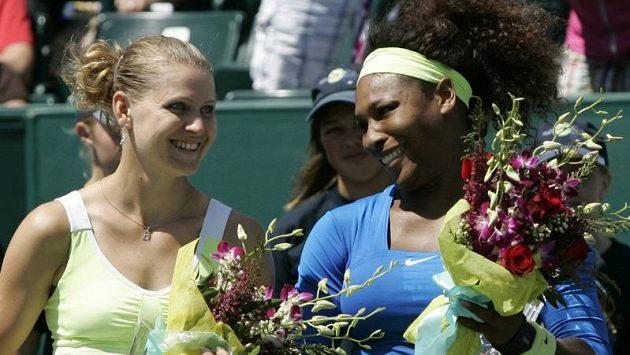 Poražená finalistka turnaje v Charlestonu Lucie Šafářová (vlevo) a vítězka Serena Williamsová