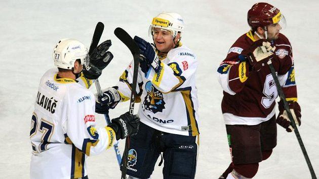 Kladenští Pavel Patera (uprostřed) a Jan Hlaváč oslavují vstřelený gól.