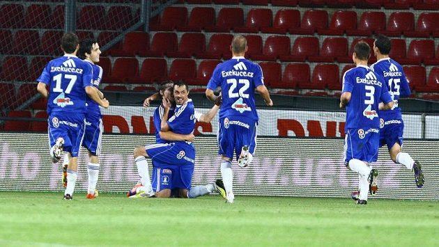 Radost olomouckých fotbalistů na stadiónu Sparty po druhém gólu, který vstřelil Michal Ordoš (čtvrtý zprava).
