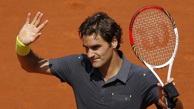 Roger Federer zdraví diváky po vítězství v prvním kole na French Open.