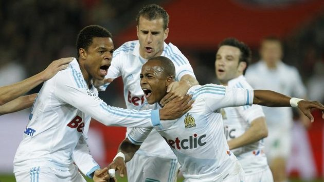 Andre Ayew z Marseille (vpravo) se raduje z branky.