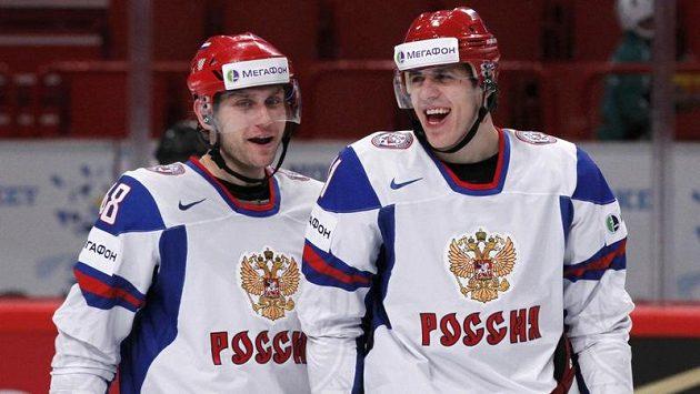 Ruští hokejisté Jevgenij Birjukov (vlevo) a Jevgenij Malkin slvaí gól proti Itálii.