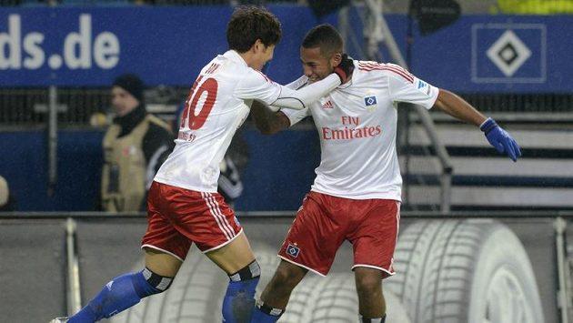 Son Heung-Min (vlevo) se raduje se spoluhráčem Hamburku Dennisem Aogem z gólu proti Werderu Brémy.