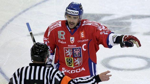 Tomáš Plekanec ve své nové úloze - jako kapitán národního týmu diskutuje se sudím.