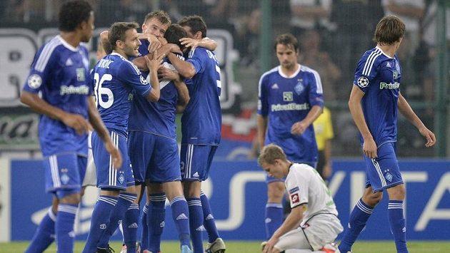 Fotbalisté Dynama Kyjev se radují z jednoho z gólů, které vstřelili na půdě Borussie Mönchengladbach.