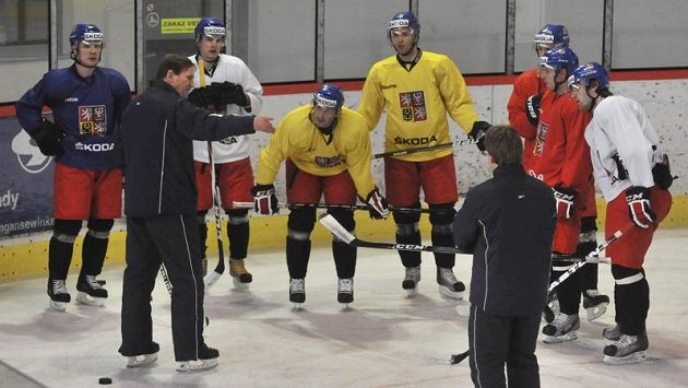 Trenér Alois Hadamczik (druhý zleva) na tréninku národního týmu