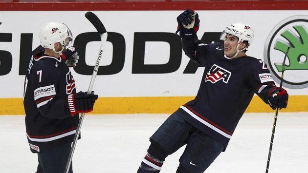 Alex Boligoski (vlevo) se raduje se svým spoluhráčem z USA Justinem Faulkem z branky.