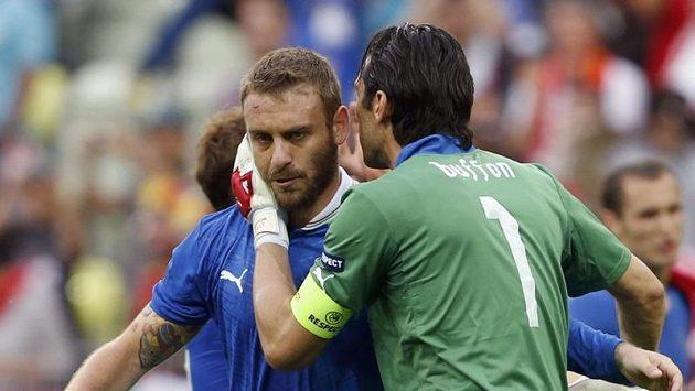 Gianluigi Buffon (vpravo) objímá spoluhráče z italské reprezentace Daniele De Rossiho.