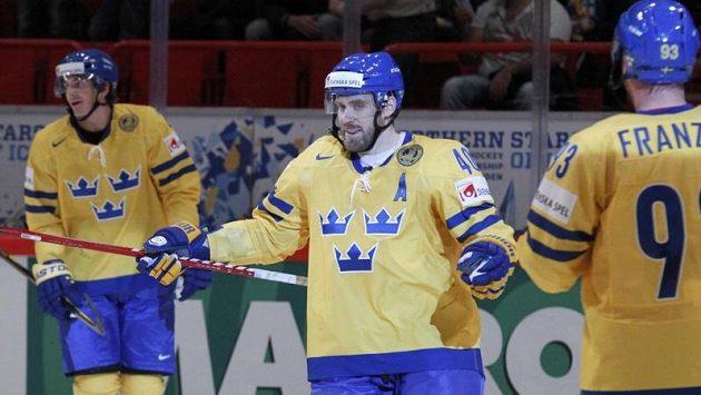 Švédští hokejisté Henrik Zetteberg a Johan Franzen (vpravo) oslavují gól proti Dánům.