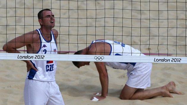 Plážoví volejbalisté Petr Beneš (vlevo) a Přemysl Kubala v olympijském turnaji.