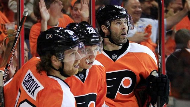 Hokejisté Philadelphie Jaromír Jágr (vpravo), Erik Gustaffson (uprostřed) a Claude Giroux se radují z branky.