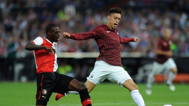 Útočník Sparty Václav Kadlec (vpravo) se snaží uniknout Darylu Janmaatovi z Feyenoordu.