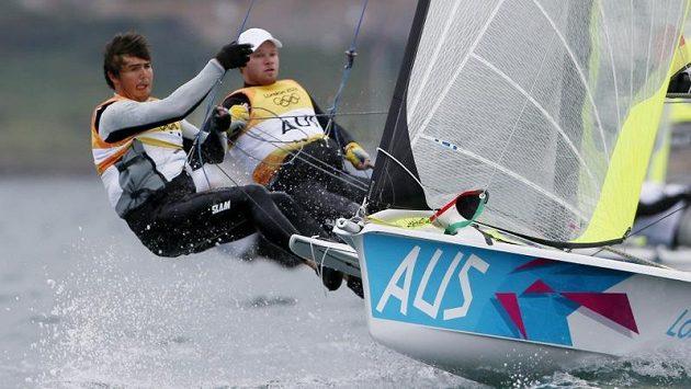 Australská posádka Iain Jensen (vlevo) a Nathan Outteridge vyhrála olympijskou regatu ve třídě 49er