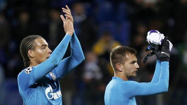 Fotbalisté Petrohradu Domenico Criscito a Axel Witsel (vlevo) slaví s fanoušky výhru v Lize mistrů nad Anderlechtem.