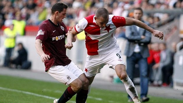 Slávista Böhm se snaží obejít sparťana Holka v pražském derby.