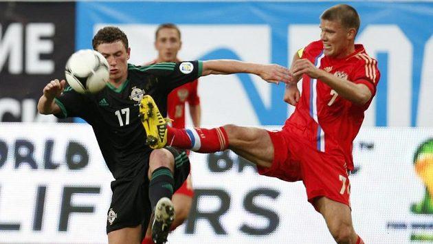Igor Denisov (vpravo) si stěžuje na plat.