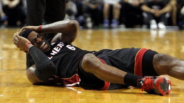 LeBron James z Miami Heat leží na palubovce po kolizi se soupeřem z Phoenixu.