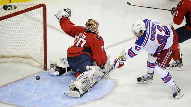 Anisimov z New York Rangers překonává brankáře Washingtonu Holtbyho. Domácí přesto vyhráli 3:2.