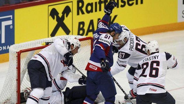Slovenský obránce Dominik Graňák se mezi přesilou amerických hráčů raduje z úvodní trefy v utkání.