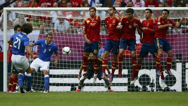 Italský fotbalista Andrea Pirlo zahrává přímý kop proti Španělsku v úvodním utkání skupiny C na EURO 2012