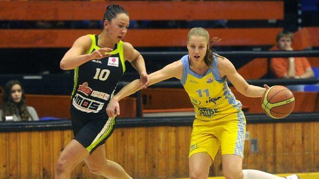 Barbora Kašpárková z Brna (vlevo) a Kateřina Elhotová z USK Praha během finále play-off basketbalové ligy.