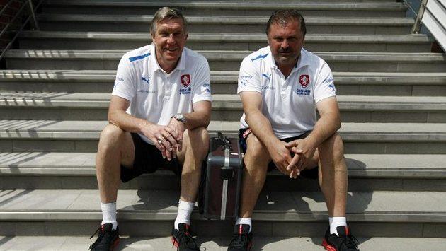 Doktoři reprezentace Petr Krejčí a Petr Novák si užívali na Strahově klidu a pohody.