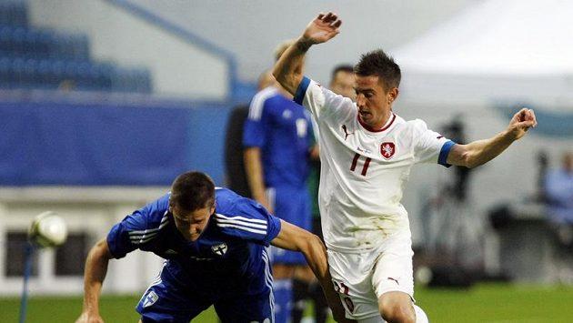 Milan Petržela (vpravo) se snaží získat míč přes bránícího Fina Kaspera Hämäläinena.