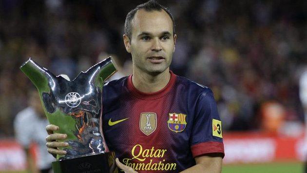 Záložník Barcelony a španělské reprezentace Andrés Iniesta s trofejí pro nejlepšího evropského fotbalistu