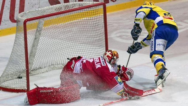 Bedřich Köhler ze Zlína střílí Třinci vítězný gól a série je srovnána na 2:2.