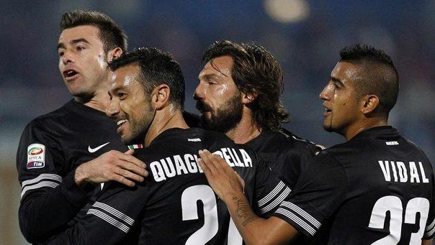 Fabio Quagliarella (druhý zleva) se raduje se spoluhráči z Juventusu z branky.