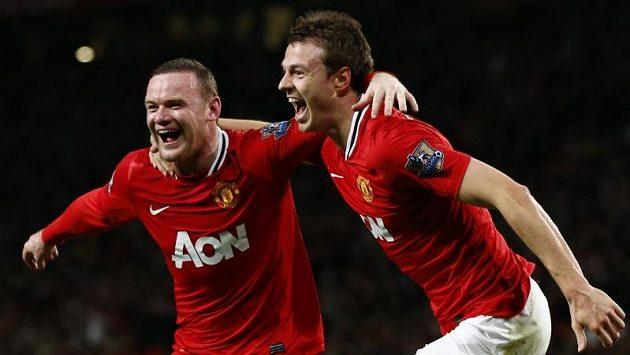 Wanye Rooney (vlevo) se raduje se svým spoluhráčem z Manchesteru United Jonny Evansem z branky.