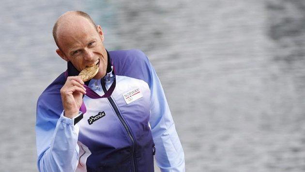 Norský kanoista Eirik Veras Larsen se raduje ze zlaté olympijské medaile.