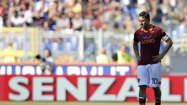 Zklamaný útočník AS Řím Francesco Totti