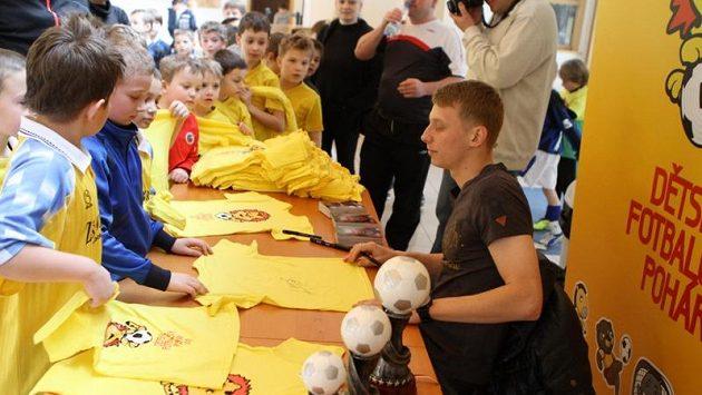 Dětský fotbalový pohár zaštítil reprezentant a sparťanský záložník Ladislav Krejčí.