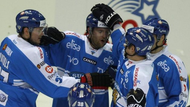 Hokejisté Finska se radují z branky.