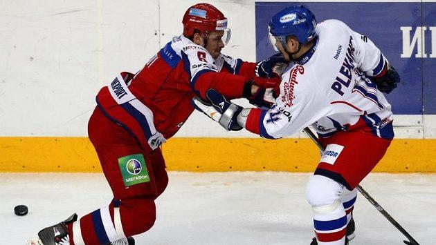 Kapitán českého mužstva Tomáš Plekanec (vpravo) v souboji s Rusem Denisem Denisovem