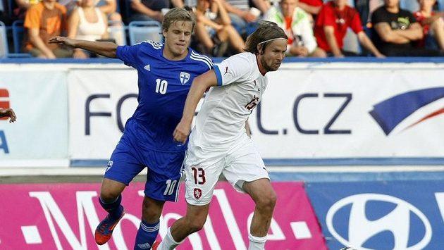 Fin Teemu Pukki (vlevo) v duelu s českou reprezentací.
