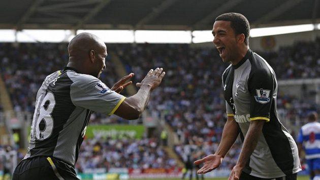 Fotbalisté Tottenhamu Jermaine Defoe (vlevo) a Aaron Lennon se radují z branky.