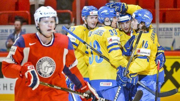 Hokejisté Švédska se radují po jedné z branek do norské sítě.