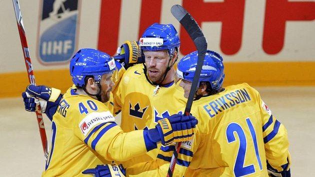 Henrik Zetterberg, Johan Franzen a Loui Eriksson se radují ze švédského gólu. Vyzrají Tre Kronor i na český tým?