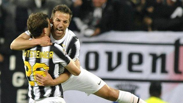 Alessandro Del Piero z Juventusu (vpravo) se raduje se spoluhráčem Stephanem Lichtsteinerem z gólu.